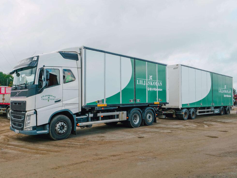 En lastbil med lastbilssläp